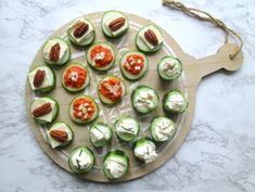 Hapjes met komkommer hapjes met komkommer Hapjes met k. Snacks Für Party, Appetizers For Party, Clean Eating Snacks, Healthy Snacks, Peach Syrup, High Tea, Creative Food, Low Carb Recipes, Good Food