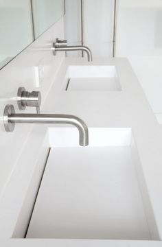 Design wastafel van Q-Artz, met inbouwkranen (Vola). Master Bathroom Tub, Bathroom Sink Units, Serene Bathroom, Bathroom Taps, Modern Bathroom Design, Bathroom Interior Design, Small Bathroom, Dream Bathrooms, Bad Inspiration