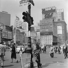 A salesman bides his time in Times Square, Manhattan, New York, Photo credit: Orlando / Getty — at Times Square, New York City. Old Pictures, Old Photos, Vintage Photos, Vintage Stuff, Vintage New York, Vintage Black, Studio 54, Times Square, Chicago