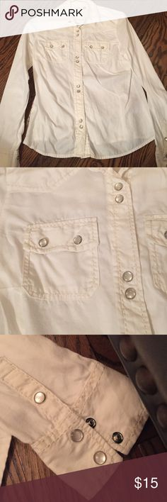 White Button Down Sz S Pearl like buttons. Pockets in the front and a collar. Bit of a classy western style look. Tuck into skinny jeans and pair with riding boots 😍. Super soft and a great deal! Old Navy Tops Button Down Shirts
