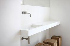 Wastafel van NotOnlyWhite in combinatie met de warmte van hout (krukje) | Ontwerp badkamer Marike Andeweg | fotografie Moni van Bruggen