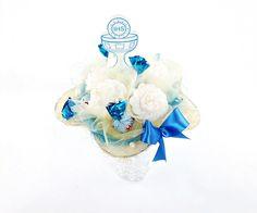 bukiet z cukierków i kwiatów z krepiny biało niebieski dostępny na kwiatyupominki.net