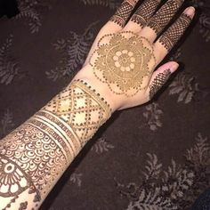 Girls prefer a perfect combination of Latest Mehndi Designs, mostly inspired by Arabic mehndi designs. The other option is more delightful, a simple mehndi. Full Mehndi Designs, Mehndi Design Images, Arabic Mehndi Designs, Bridal Mehndi Designs, Mehndi Art, Henna Art, Mehndi Ceremony, Indian Henna, Pattern Design