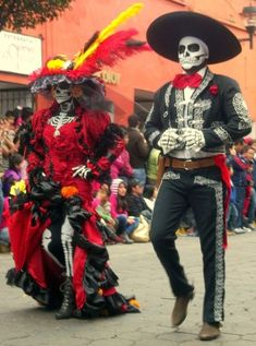 On the Day of the Dead in Mexico, people are not sad. Instead, they are happy to welcome the dead family members to come back. Halloween Celebration, Halloween 2019, Halloween Make Up, Halloween Party, Halloween Costumes, Mexican Halloween, Skeleton Costumes, Skeleton Makeup, Halloween Couples