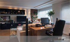 O home office ganham um lugar especial no estar e fica integrado com a área social do apartamento | Autoria: Escritório Projeto Com Estilo