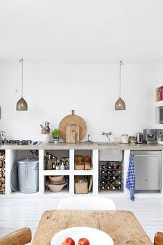 Nach dem Vorbild mediterraner Küchen wurde eine Küchenzeile (Regale und Badezimmer sind ebenso machbar) aus Ytongsteinen aufgemauert und mit Lehm bzw. Kalk verputzt. Ein abschließender Sumpfkalkans…