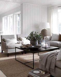 """1,420 likerklikk, 22 kommentarer – Slettvoll (@slettvoll_no) på Instagram: """"Hvitt og natur. Tidløse favoritter. Dette sommerhuset er innredet med Flavia stol, Reflection bord…"""""""