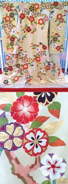 【新作色打掛】河原町店/『寛文桜花に籠目』/温かみのある色使いがこれからの季節のお式にぴったりの打掛です。珍しいベージュ地に施された相良刺繍がしっとりと映えて。大きめの桜の柄が上品な雰囲気の中に可憐さをプラスし、とても印象的な一着です。他の人とは違ったものを…とお考えの花嫁様にお勧めの衣裳です。