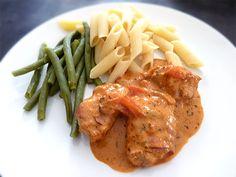Rezept für Schweinefilet mit Bacon ummantelt in leckerer Tomatensauce Thai Red Curry, Bacon, Meat, Chicken, Cooking, Ethnic Recipes, Crafts, Eat Lunch, Food Dinners