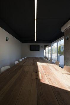 La solución en la sala de juntas principal se abre a una terraza privada para tener reuniones con vista a la naturaleza generando entre sí distintos escenarios abiertos de trabajo y convivencia.