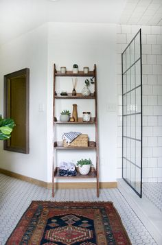 DIY Leaning Shelf with good tutorial and lots of pics Easy Woodworking Projects, Popular Woodworking, Diy Wood Projects, Woodworking Plans, Woodworking Equipment, Creative Wall Decor, Wall Decor Design, Ladder Shelf Decor, Leaning Shelf