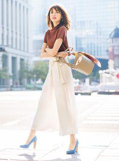 a933b90c692d7 andGIRLから毎日最新のトレンドコーディネートをご紹介。今日のコーデは、〝ZARA(ザラ)の白パンツにブラウンのトップスを合わせた美人風コーデ〟。