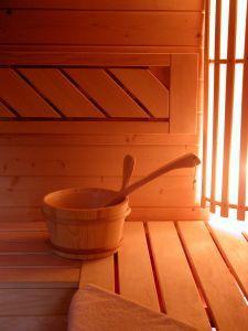 Sauna to doskonałe antidotum nie tylko na długie jesienne i zimowe dni, ale także na kapryśną wiosenną i letnią aurę. Aby skorzystać z jej dobrodziejstw, nie musimy koniecznie udawać się do SPA, bo saunę można mieć też u siebie w domu. Czy sauna w małopolskim domu ma sens i jak się zabrać do jego realizacji?  http://nieruchomosci.malopolska24.pl/2013/05/sauna-w-domu-ekstrawagancja-czy-praktyczny-pomysl-na-relaks/