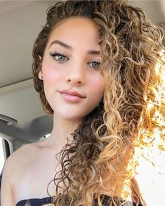 (Camp Flog Gnaw) Heading to a music festival 🎶 Who's your favorite artist? Most Beautiful Faces, Gorgeous Eyes, Cute Photography, Portrait Photography, Long Curly Hair, Curly Hair Styles, Sofie Dossi, Amanda Bynes, Pretty Face