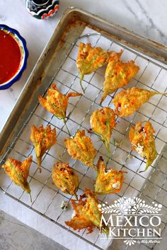 Fried squash blossoms stuffed with ricotta cheese Mexican style. Squash Flowers, Zucchini Flowers, Zucchini Blossoms, Stuffed Squash Blossoms, Fried Squash Blossoms Recipe, Kitchen Recipes, Cooking Recipes, Easy Recipes, Mexican Food Recipes