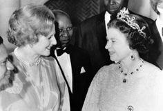 Il rapporto tra la Regina Elisabetta e la Signora Thatcher, Lady di Ferro, non era tra i più sereni. Si sopportavano e gli incontri estivi a Balmoral tra le due erano il momento più difficile dell'anno. La regina ama passeggiare e la signora Thatcher si presentava regolarmente con i tacchi. I sorrisi, spesso di circostanza. Si rispettavano profondamente. Margaret sempre in enorme anticipo, la regina sempre in perfetto orario. Ognuna per la sua strada.