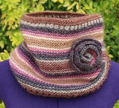 Col snood tricot, cache col, cache cou en laine, tour de cou avec fleur, tons rose marron gris