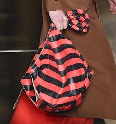 O guia definitivo das bolsas de verão 2017 saídas das passarelas internacionais - Vogue   Guia de estilo