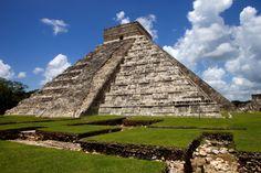 chichenizta_templokukulcan_mexico_  Chichén Itzá (en maya: (Chichén) Boca del pozo; de los (Itzá) brujos de agua )?1 es uno de los principales sitios arqueológicos de la península de Yucatán, en México, ubicado en el municipio de Tinum, en el estado de Yucatán. Vestigio importante y renombrado de la civilización maya, las edificaciones principales que ahí perduran corresponden a la época de la declinación de la propia cultura maya denominada por los arqueólogos como el período posclásico.