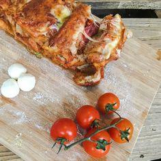 Pizza das comfort food schlechthin mal anders, und zwar zum zupfen . In zwei verschiedene Formen und mit einen etwas veränderten Pizzateig. Obwohl ich schon etwas Übung mit dem Pizzateig hab…