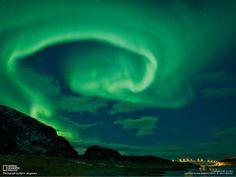 Aurora boreal sobre el puente Sommarøy en la isla de Kvaløy, norte de Noruega    Las luces de una aurora ondean sobre el puente Sommarøy en la isla de Kvaløy, en el norte de Noruega, durante una semana de intensa actividad solar. Las auroras aparecen cuando partículas solares con carga eléctrica chocan con los gases de la atmósfera terrestre, iluminándolos como sucede en el interior de un tubo de neón. Lo habitual es que estos fenómenos se produzcan cerca de los polos, pero también pueden…