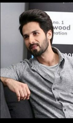 29 Best Ideas Hairstyles Indian Men Shahid Kapoor – – - New Site Easy Hair Up, Easy Updos For Medium Hair, Medium Hair Styles, Long Hair Styles, Hair Medium, Indian Hairstyles Men, Boy Hairstyles, Anime Hairstyles, Stylish Hairstyles