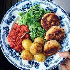 RICOTTABIFFAR m. soltorkad tomat. Serverad med rostad potatis, tomatsås och citrondressad ruccolasallad. Tänker som vanligt tjata om hur mycket jag älskar vegobiffar. Bara blanda något med ägg/chiaägg, ströbröd och kryddor så har du svingo mat? Här har jag blandat ricottaost med ägg, ströbröd, soltorkad tomat och vitlök. Nom! #vegetariskt#vegetarian#ricotta#monday#meatfreemonday#köttfrimåndag#mat#foodie#matblogg#inspiration#foodpics#vegobiffar
