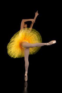 Ballerina en pointe yellow tutu