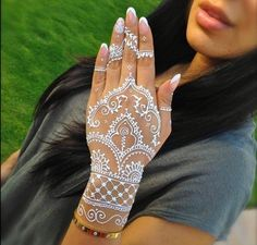 Guys Today I'm sharing a Beautiful collection Henna Mehndi designs for hands Images for your inspiration. These Coloring hands, Mehndi is a popular practice in Henna Tattoos, White Henna Tattoo, Henna Ink, Henna Body Art, Mehndi Tattoo, Henna Tattoo Designs, Diy Tattoo, Henna Mehndi, Mehndi Designs