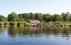Ronneby  Vakantiehuis gelegen op een grondstuk in de buurt van een meer. Wonderbaarlijke ligging en gelegen op ca. 7 km ten zuidwesten van Ronneby met zijn golfbaan en overige diensten. Panoramisch uitzicht over het eiland. Sauna motorboot aanwezig. Grote gemeubileerde veranda naar het zuiden en westen. Barbecue buiten. Grote mooie tuin met zeezicht aan twee kanten. Met een ladder direct onder het huisje of vanuit een kindvriendelijk  open zandstrand ( 250 m ) kunt u zonnen.  EUR 850.00…