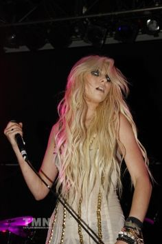 I want Taylor Momsen's hair. Although I want mine to be natural. No extensions.