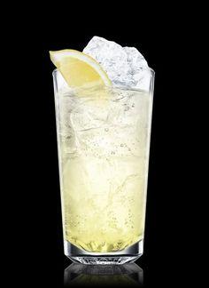 Tom Collins :  1 1/2 oz  ginebra; ¾ oz zumo de limón; ¾ oz jarabe natural; agua mineral; 1 rodaja limón.  Verter en un vaso con hielo la ginebra, el zumo de limón y el jarabe; rellenar con agua mineral y decorar con la rodaja de limón  {Vodka Collins:  sustituir la ginebra por vodka]
