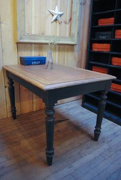 Ancienne table en bois par le Marchand d'Oublis