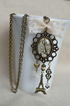 Sautoir style rétro avec médaillon et dentelle Paris Tour Eiffel : Collier par bohemiasroad