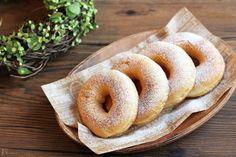 3時のおやつにおうちでドーナツを作ってみませんか。手間がかかりそうなイメージのドーナツも、ホットケーキミックスを使えばとっても簡単です。今回は少ない油で作れる手間なしドーナツをご紹介します。