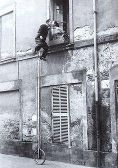 El monociclo, los novios, la ventana del segundo piso, platican