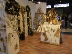 Golden decorations to create a royal décor this Christmas.