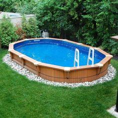 piscine hors sol avec des galets autours et une échelle
