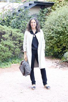 Gabriela Reimunde es asistente de dirección, ella siempre lleva un estilo naïf muy alegre que mezcla vestiditos babydoll con botas tipo UGG y Hunter para ir bien calentita en invierno. O todo lo contrario, vaqueros con sandalias como la vemos en el look de hoy.