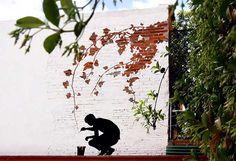 Pejac es el seudónimo de una artista español, que empezó a pintar en las paredes debido al fuerte enojo que le generaba la actitud de sus profesores de arte hacia esta disciplina. Desde entonces, ha estado pintando en las calles para llevar su arte a las personas que no pueden o no visitan museos. Las puedes encontrar en Moscú, París, Estambul, Londres y Milán.  http://www.upsocl.com/creatividad/dejate-llevar-por-pejac-y-su-surrealismo-dentro-de-las-calles-europeas/