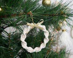 Kind of Joy par KindofJoy sur Etsy Christmas Crafts To Make, Handmade Christmas Decorations, Christmas Makes, Noel Christmas, Christmas Tree Decorations, Christmas Ornaments, Simple Christmas, Etsy Christmas, Ideas Decoracion Navidad