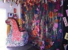 Entrada per Sant Jordi Drac amb trencadís cortina de plàstic amb flors pintades
