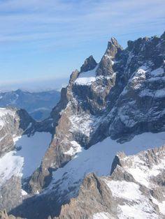 """Situé entre les Hautes-Alpes et l'Isère, la """"reine"""" Meije culmine à 3 983 m et domine la vallée de la Romanche. Ses plus hauts glaciers sont facilement accessibles grâce au téléphérique de la Grave. En savoir plus sur http://www.sejour-touristique.com/vacances-en-france/decouverte-de-nos-regions/provence-alpes-cote-d-azur/hautes-alpes/la-meije.html#VmgwfGtblTSd3xUi.99"""