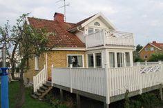 Havsnära semesterhus  Härligt semesterhus i lugnt område på Västkusten nära Göteborg. Ett perfekt semesterställe för er som vill kombinera badsemester på västkusten med citysemester i Göteborg.  Välkomna till detta rymliga semesterhus nära hav, shopping och nöjen. Huset är mycket fräscht och består av 4 sovrum, 1 badrum, 1 toalett, kök i öppen planlösning med vardagsrum och veranda. Till huset hör en stor trädgård med en uteplats i södersol från morgon till kväll och en stor fantastisk ... Home Fashion, Villa, Outdoor Structures, Cabin, House Styles, Home Decor, Homemade Home Decor, Cabins, Cottage