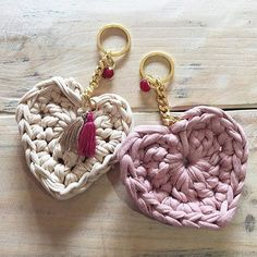 Crochet keychain with t-shirt yarn Love Crochet, Easy Crochet, Crochet Flowers, Knit Crochet, Diy Accessories, Crochet Accessories, Crochet Crafts, Crochet Projects, Cotton Cord