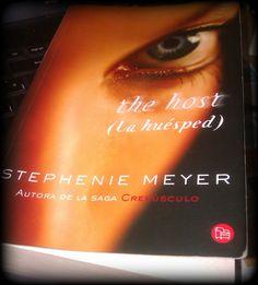Este libro hace mucho que lo compré. Empecé a leerlo y me aburrí. Ahora... después de todo el tiempo que llevaba en la estantería, lo he desempolvado.  ¡Un libro siempre se termina! #TheHost #Libros