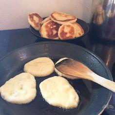 """Im """"Alltag bei uns"""" hatte ich letzte Woche unser Pfannenbrot gezeigt und einige Leserinnen fragten mich nach dem Rezept. Bitteschön :)Zutaten für indisches Brot500 g Mehl 150 ml Milch, lauwarme 2 1/2 EL Zucker 2 TL Trockenhefe 1 TL Backpulver"""