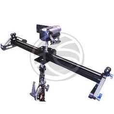 Carril para el desplazamiento de una cámara de vídeo. La longitud del carril es de un 55cm de largo y sobre el cual de desplaza longitudinalmente la zapata sobre la que se fija la cámara de vídeo o DSLR. Ideal para filmación de productos o planos cortos en los que se desea desplazar la cámara de vídeo sobre un objeto fijo.