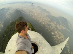 The Flash Packs Cofounder Lee Thompson Becomes The First Person - Guy takes epic selfie top christ redeemer statue brazil