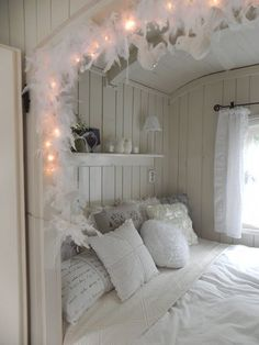 Shabby & Charme: In Olanda, romantici caravans. Love this caravan, easily adapted to a vintage camper My New Room, My Room, Casa Loft, Interior And Exterior, Interior Design, Interior Ideas, Deco Design, Beautiful Bedrooms, Romantic Bedrooms